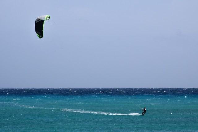 homme pratiquant le kitesurf