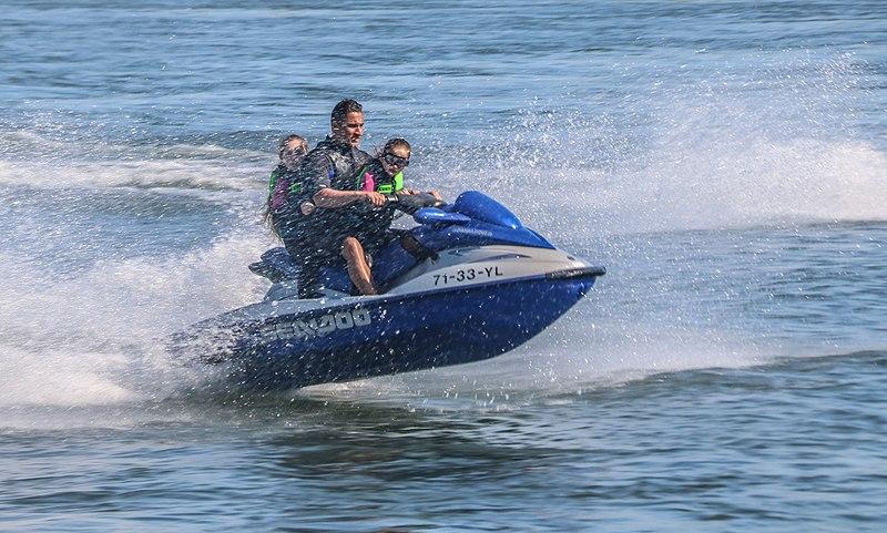 famille faisant du jet ski