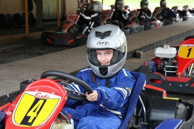 jeune fille qui fait du karting