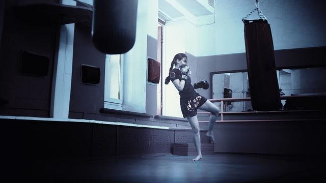 kickboxer sur un punching ball