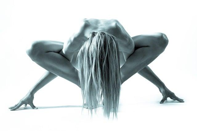 femme faisant du yoga nu
