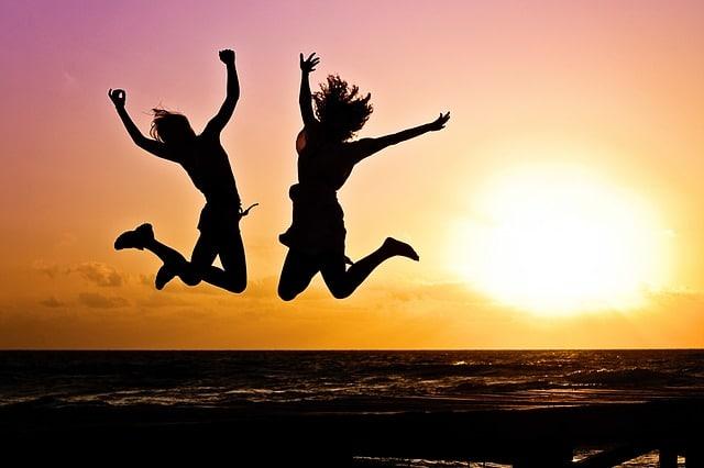 deux femmes qui sautent de joie