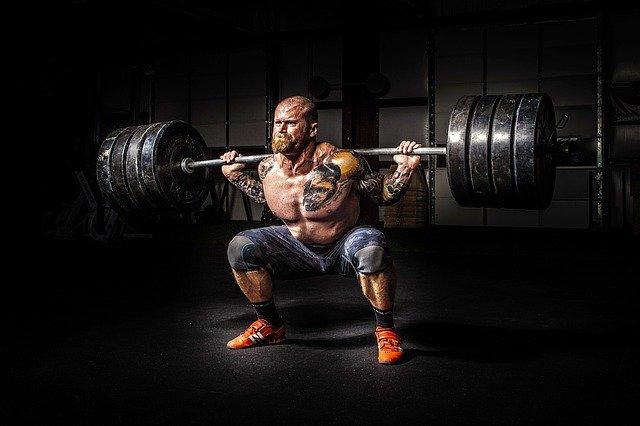 homme qui soulève lourd en squat