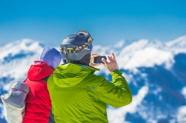 couple avec des vestes de ski fluo