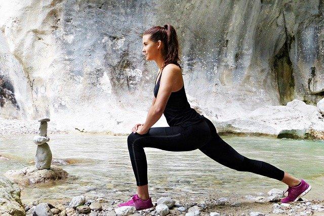 femme qui s'entraine au fitness