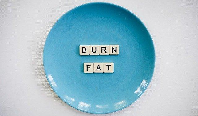 burn fat écrit dans une assiette