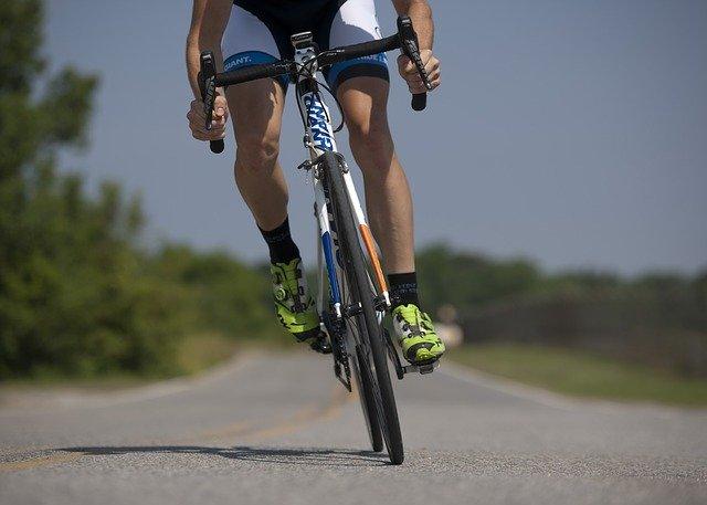 sportif faisant du vélo de course électrique