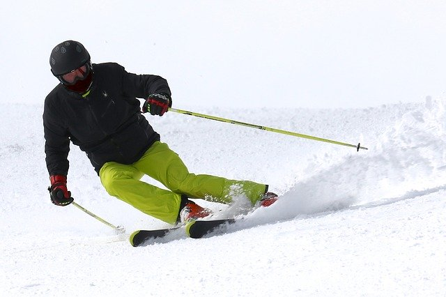 homme faisant du ski en descente