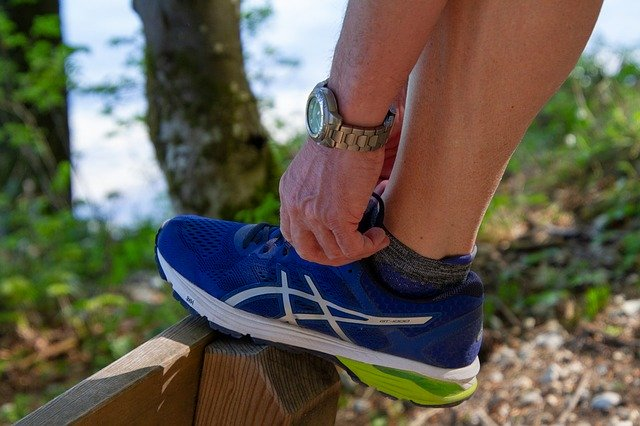 sportif attachant ses chaussures