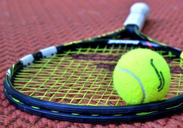 raquette de tennis posée au sol