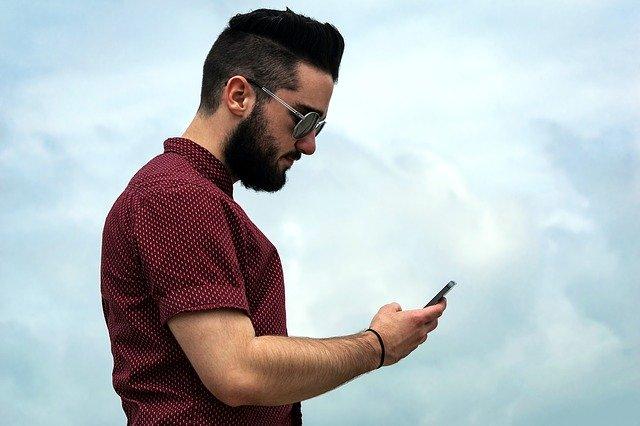joueur sur son telephone
