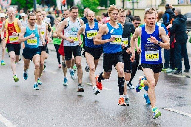 des marathoniens sur la route