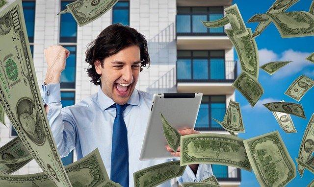 un parieur gagnant plein d'argent