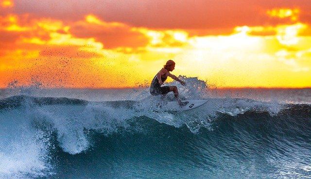 une surfeuse durant un coucher de soleil