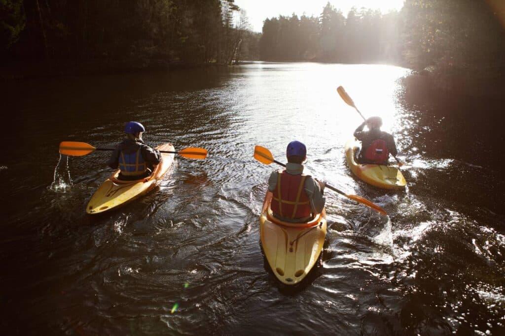 trois personnes dans un kayak