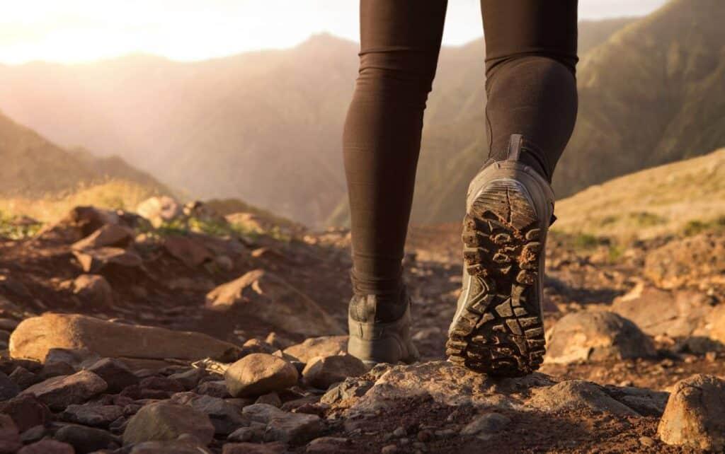 les pieds d'un randonneur