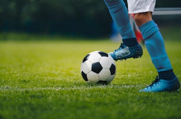 un enfant avec un ballon de football