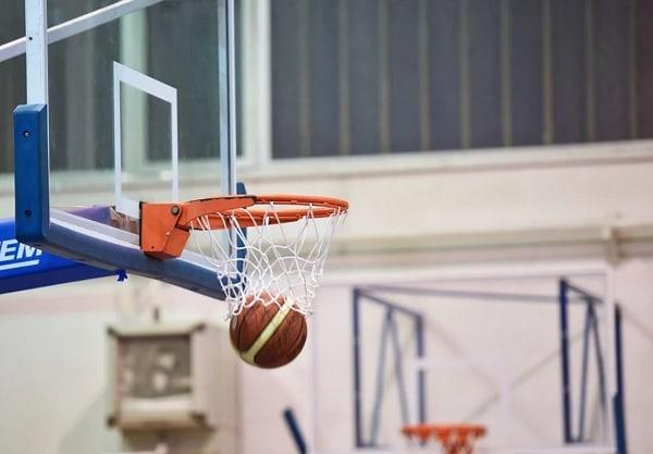 ballon dans un panier de basket