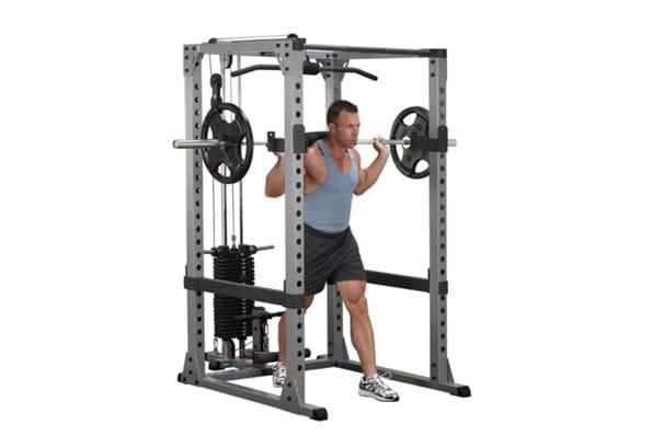mouvement dans une cage de squat